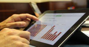 Detalle de un trabajo de análisis de resultados en una tablet
