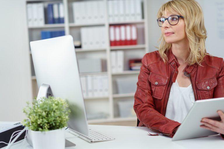 Una joven trabaja frente a su ordenador