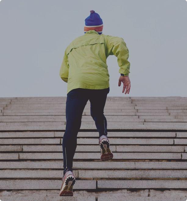 Un deportista entrena subiendo escaleras