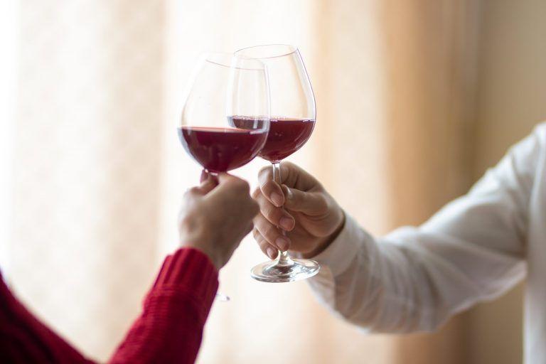 Detalle de un brindis de dos copas de vino