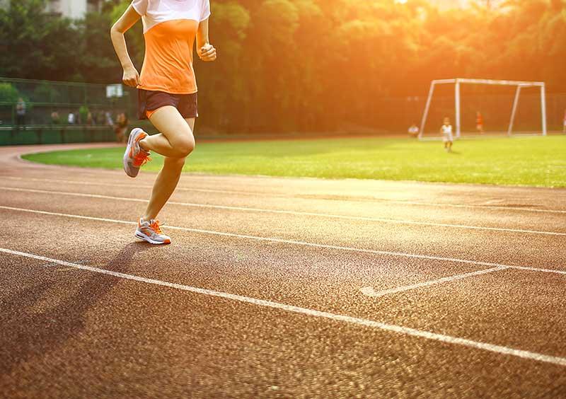 persona corriendo en una pista de atletismo por orientación al resultado