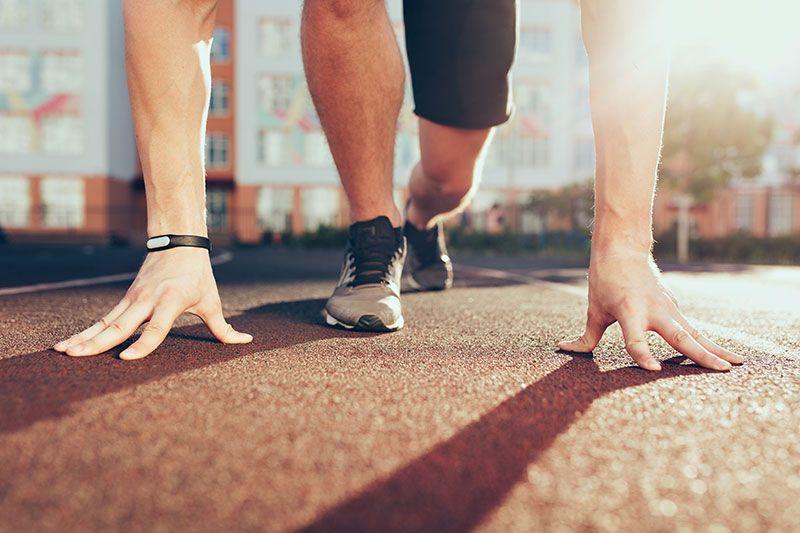 deportista a punto de correr en una pista deportiva