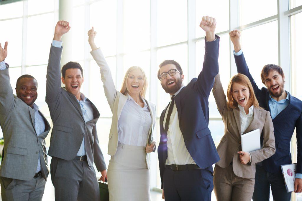 Equipo de trabajo tras buen rendimiento por nuestra atención plena en tu negocio