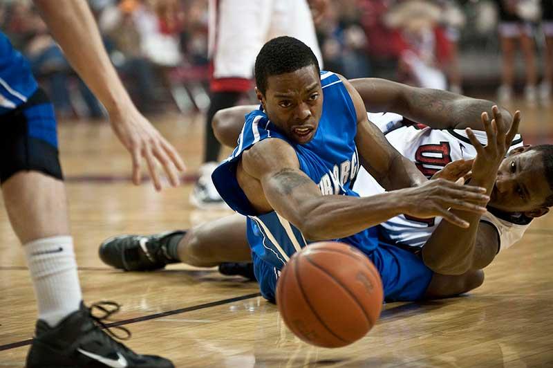 jugador de basket lucha por una pelota