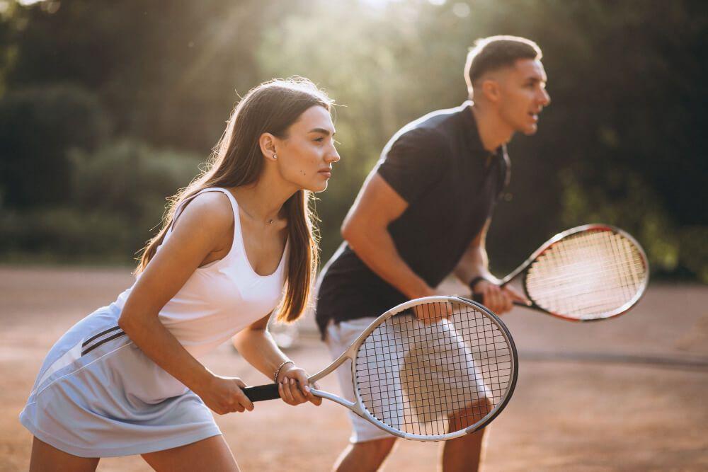 Comportamiento basado en emociones en pareja jugando al tenis