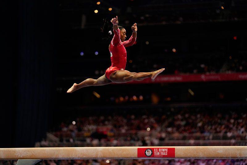la gimnasta simon biles en la barra fija